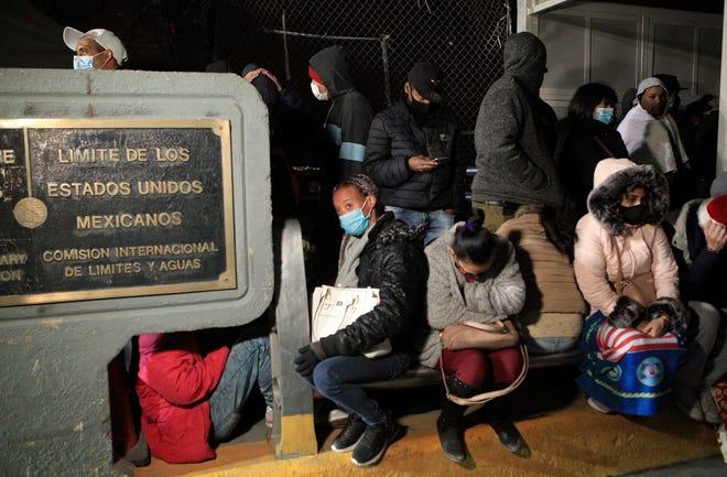 Migrantes, en su mayoría de origen cubano, intentan cruzar la frontera hacia EE. UU, la madrugada de este miércoles, en busca de asilo político, por el puente Internacional Paso del Norte, en Ciudad Juárez, en el estado de Chihuahua (México).