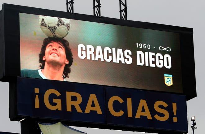 Fotografía de una imagen de Diego Armando Maradona en una pantalla durante un homenaje en un partido de la Primera División argentina entre Boca Juniors y Newell's Old Boys en el estadio La Bombonera en Buenos Aires (Agentina).