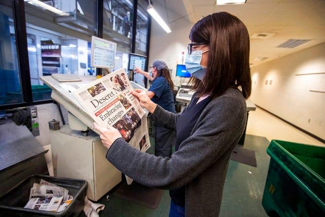 Manajer produksi Stephanie Labrum memeriksa sebuah surat kabar saat edisi harian terakhir Deseret News dicetak di gedung MediaOne di West Valley City, Utah, pada hari Rabu, 30 Desember 2020.