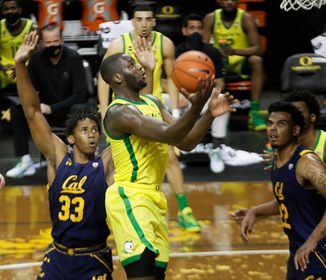 Oregon's Eugene Omoruyi, center, shoots during the second half against California on Thursday.