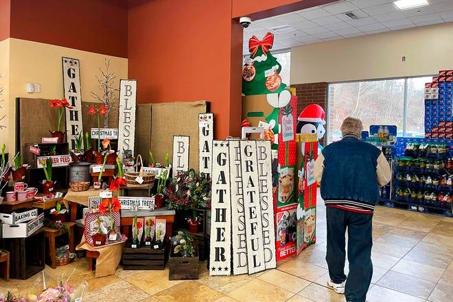 Tanda-tanda liburan dijual di pintu masuk supermarket di Glenshaw, Pa., Rabu, 23 Desember 2020.