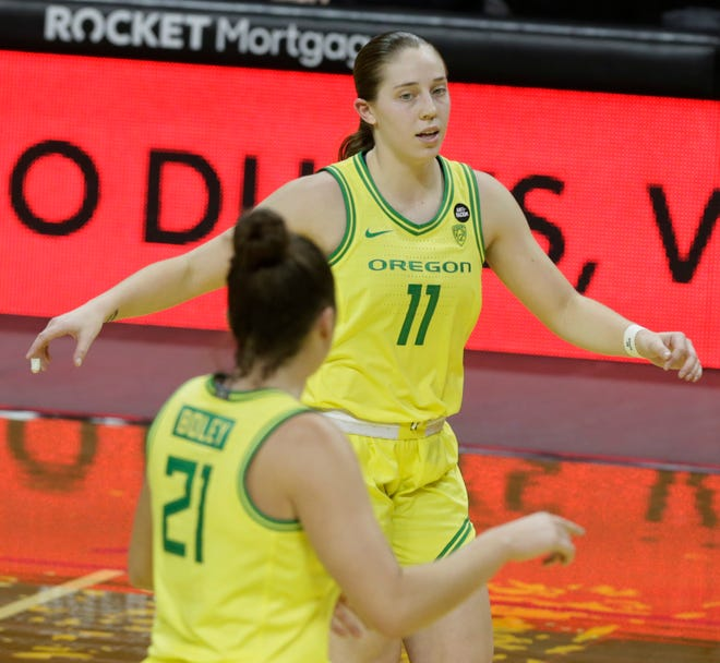 Oregon's Erin Boley (21) and Taylor Mikesell, seen here during a win earlier this month against USC at home, were both held scoreless in Thursday's loss at Arizona.