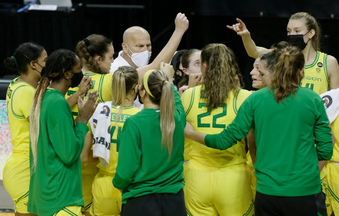Oregon coach Kelly Graves, center, brings his team together during the second half against USC.