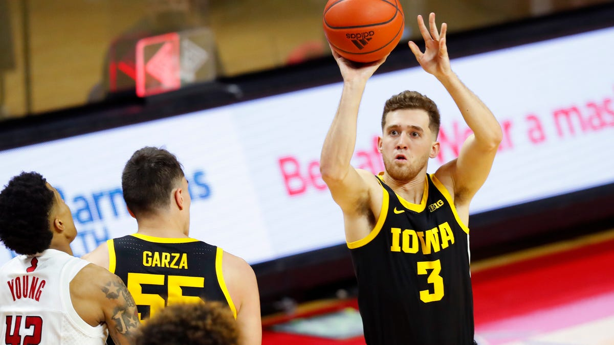 No. 10 Iowa wins 77-75 as free throws cost No. 14 Rutgers 1
