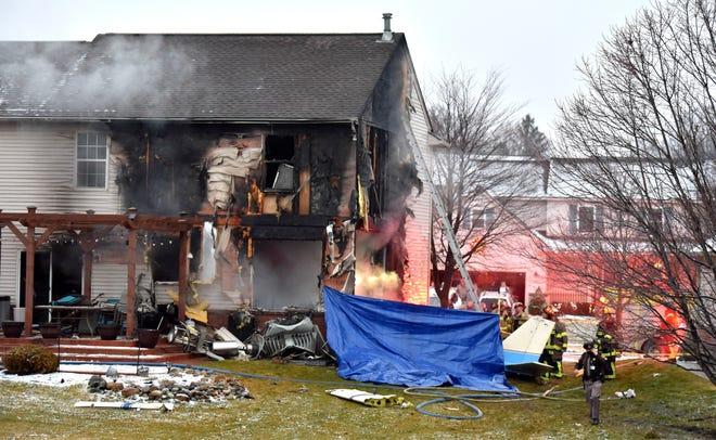 Responden pertama menyelidiki lokasi pesawat yang menabrak atau dekat sebuah rumah, membakar rumah, di Dakota Drive antara Grispen Road dan Cedar Mill Drive di Lyon Township dekat Bandara Oakland Southwest, Sabtu, 2 Januari 2021.