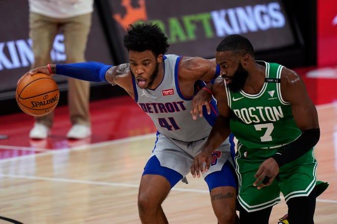Guard Detroit Pistons Saddiq Bey mencoba melewati guard Boston Celtics Jaylen Brown pada babak kedua.