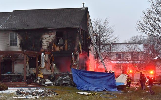 Responden pertama menyelidiki kecelakaan pesawat pada hari Sabtu, 2 Januari 2021, yang menyebabkan kebakaran dan kerusakan pada rumah Kotapraja Lyon di Dakota Drive dekat Bandara Oakland Southwest.