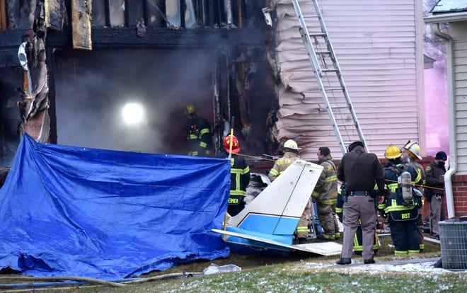 Responden pertama menyelidiki kecelakaan pesawat di rumah Kota Lyon di Dakota Drive antara Grispen Rd. dan Cedar Mill Drive dekat Bandara Oakland Southwest, Sabtu, 2 Januari 2021.