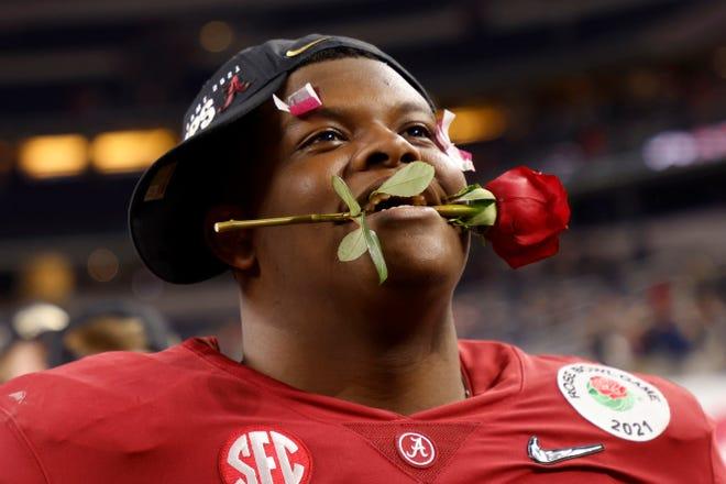 Lineman ofensif Alabama Javion Cohen memegang mawar di antara giginya setelah timnya menang 31-14 melawan Notre Dame.