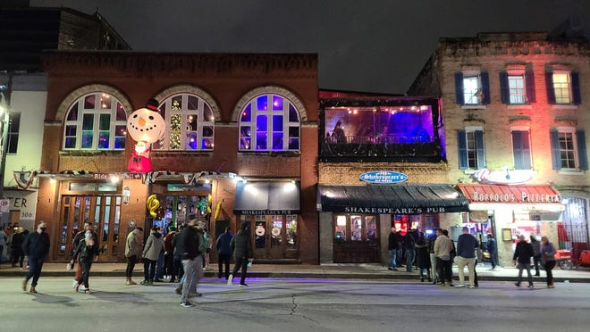 Even as a local curfew on bars and restaurants began on Dec. 31, 2020, many bars on Sixth Street continued serving patrons throughout the night. [AMERICAN-STATESMAN/FILE]