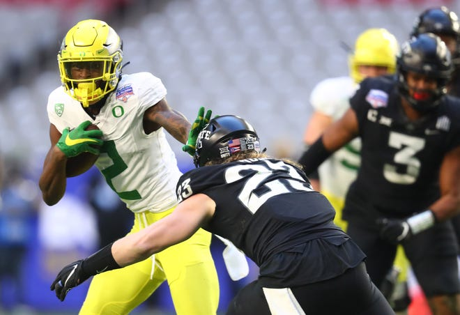 Oregon wide receiver Devon Williams (2) tries to get past Iowa State linebacker Mike Rose during the first half of Saturday's Fiesta Bowl.