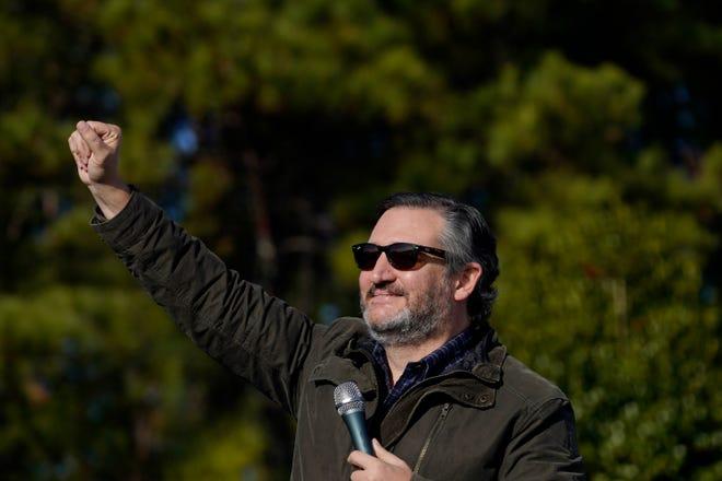 Senator Ted Cruz, R-Texas, menyapa kerumunan sebelum ia berbicara pada kampanye kampanye Senator Kelly Loeffler, R-Ga., Pada hari Sabtu, 2 Januari 2021, di Cumming, Ga. (AP Photo / Brynn Anderson )