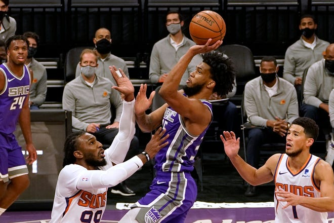 Sacramento Kings forward Marvin Bagley III goes to the basket against Phoenix Suns forward Jae Crowder, left, during the first quarter of an NBA basketball game in Sacramento, Calif., Saturday, Dec. 26, 2020. (AP Photo/Rich Pedroncelli).