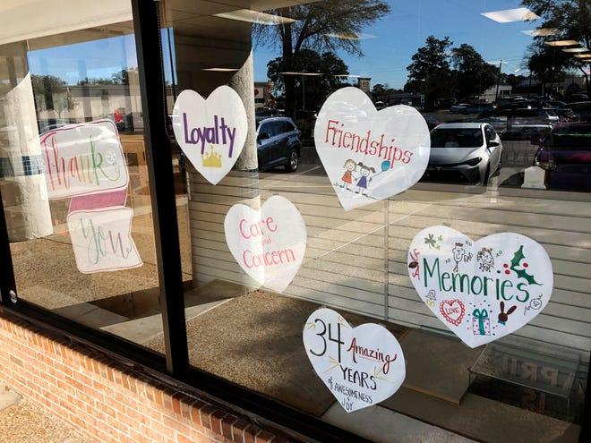 Eine Fensterdekoration bei der Bayou Book Company in Niceville dankt den Kunden für 34 Jahre Unterstützung.  Es schloss am 31. Januar.