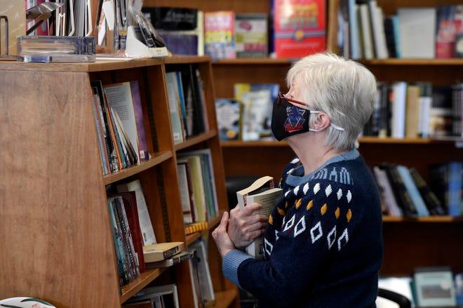 Ann Poma kauft Bücher von der Bayou Book Company, bevor sie am 31. Januar schließt.