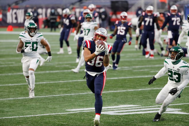 Patriots tight end Devin Asiasi (86) heads to the end zone for a second-half touchdown against the Jets.