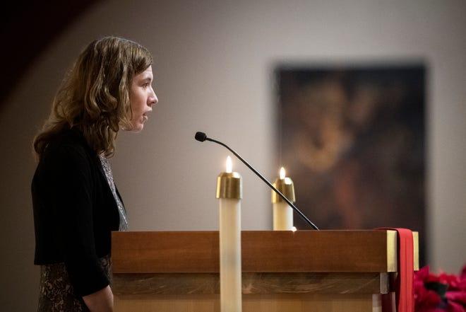 Direktur Sumber Daya Manusia Dearborn Heights Elisabeth Perry berbicara dalam upacara pemakaman Walikota Dearborn Heights Daniel Paletko di Gereja St. Linus di Dearborn Heights pada hari Senin, 4 Januari 2021. Paletko, yang menjadi walikota sejak 2004, meninggal karena COVID-19 minggu lalu.