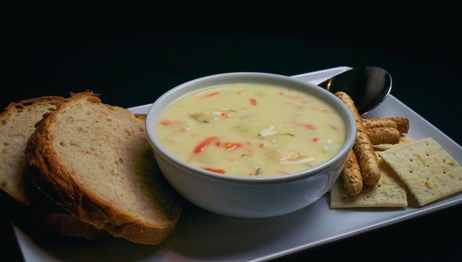 Sup acar adas di Hamtramck's Polish Village Cafe adalah kenyamanan klasik.