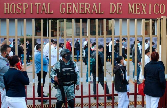 Personal médico hace fila para ser vacunado contra la covid-19 en el Hospital General, en Ciudad de México.