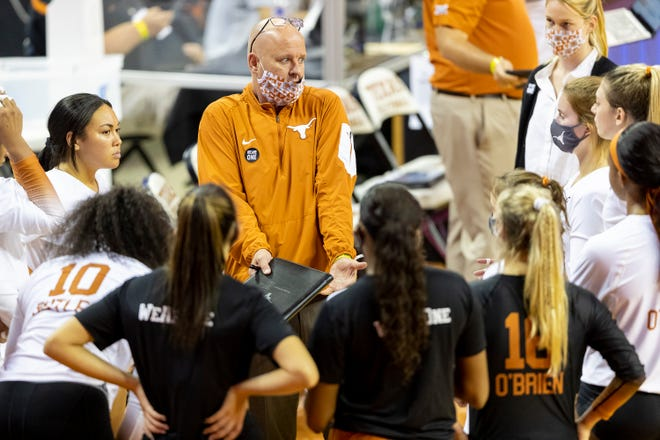 Texas volleyball coach Jerritt Elliott speaks to his team during a timeout at the Erwin Center on Oct. 22, 2020.