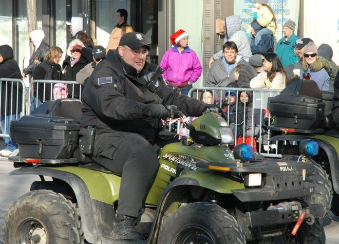 Os departamentos de segurança pública de toda a região prestaram homenagem ao agente da polícia de Taunton John Borges, que morreu de Covid-19 na véspera de Natal, durante o seu velório a 4 de Janeiro. Na foto, Borges é visto a participar no Desfile de Natal da Cidade de Taunton em 2009. Foto cortesia de Bob Leonard.