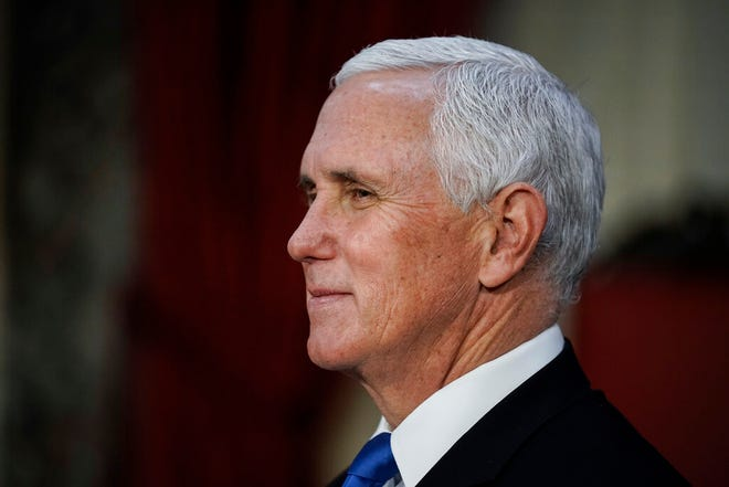 Wakil Presiden Mike Pence menyelesaikan upacara pelantikan senator di Kamar Senat Lama di Capitol di Washington, Minggu, 3 Januari 2021.