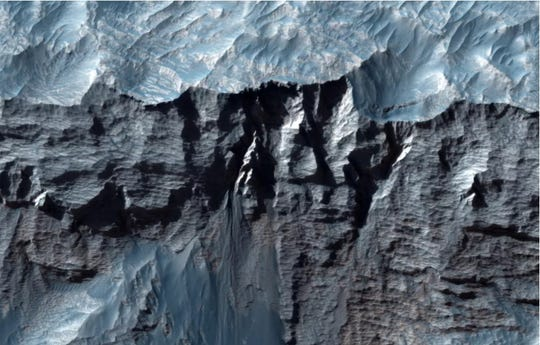 Pemandangan Valles Marineris dari dekat di Mars, lembah terbesar di tata surya.