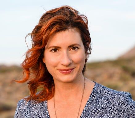 """L'auteur Maggie Downs partagera une histoire vraie et personnelle pour le Storytellers Project """"Nouveaux commencements"""" spectacle le 12 janvier."""
