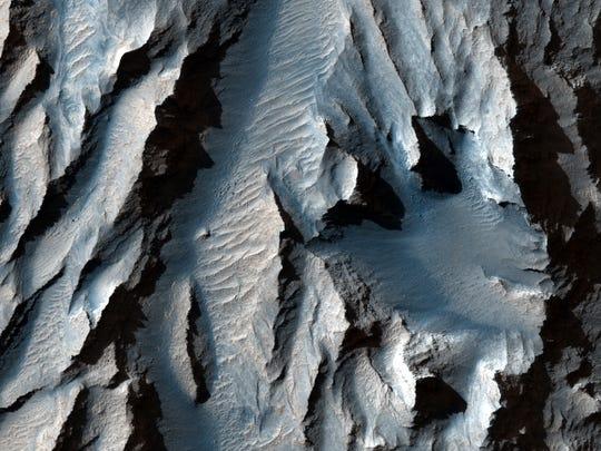 O Tithonium Chasma (parte dos Valles Marineris de Marte) é cruzado com linhas diagonais de sedimentos, de acordo com a LiveScience, o que pode indicar ciclos antigos de congelamento e derretimento.