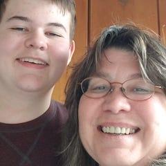 """Mère et fils Dorothy McElroy et Wyatt Kauth partageront une histoire lors de l'émission Storytellers Project """"Nouveaux commencements"""" le 12 janvier."""