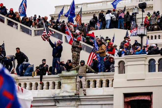 Pendukung pro-Trump menyerbu Capitol AS setelah rapat umum dengan Presiden Donald Trump pada 6 Januari 2021 di Washington, DC. Pendukung Trump berkumpul di ibu kota negara hari ini untuk memprotes ratifikasi kemenangan Electoral College Presiden terpilih Joe Biden atas Presiden Trump dalam pemilu 2020.