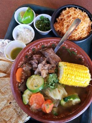 El estofado de ternera Caldo de Res de La Campirana contiene mucha carne y llega con arroz y una salsa verde clara.