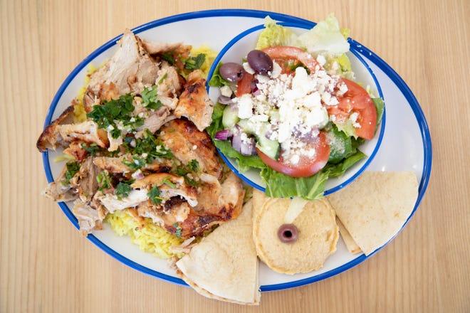 Το πιάτο shawarma κοτόπουλου είναι ένα από τα πιο δημοφιλή είδη στο μενού στο Yaso Cafe.