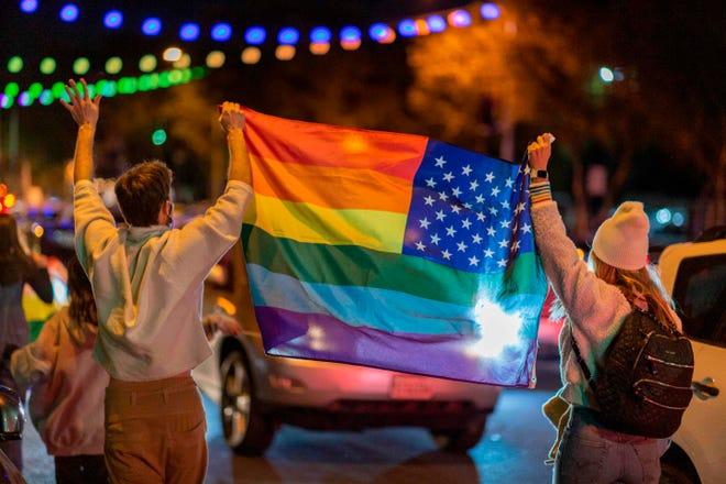 La gente agita una bandera del arcoíris mientras celebran la victoria de Joe Biden en las elecciones presidenciales de 2020 en West Hollywood, California, el 7 de noviembre de 2020. Biden ganó las tensas elecciones estadounidenses y puso fin a la era históricamente turbulenta y divisiva de Donald Trump.