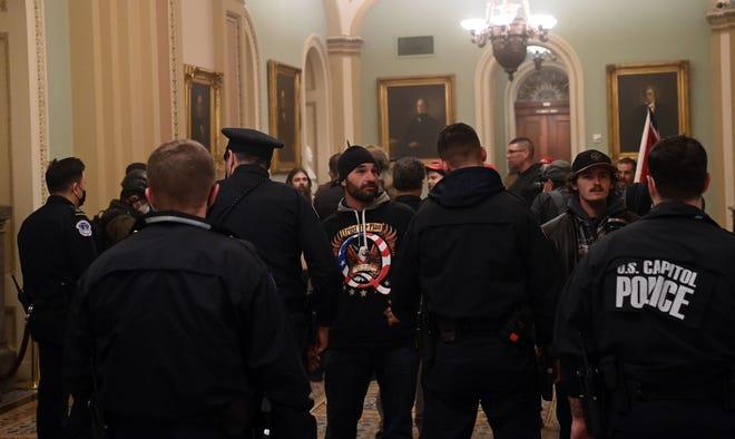 Les partisans du président américain Donald Trump entrent dans le Capitole américain le 6 janvier 2021 à Washington, DC.Les manifestants ont enfreint la sécurité et sont entrés dans le Capitole alors que le Congrès débattait de la certification du vote électoral pour l'élection présidentielle de 2020.