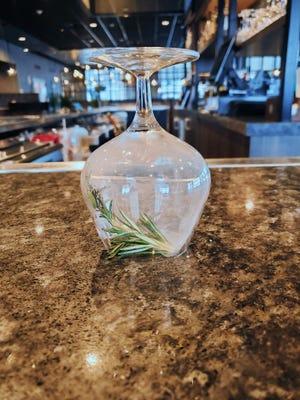 Les barmans utilisent un verre à cocktail à l'envers pour fumer le romarin pour le cocktail sans alcool Earth, Fruit & Fire au Jacksons Restaurant + Bar près du Beaver Valley Mall.