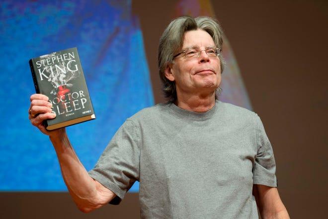 El escritor estadounidense Stephen King sostiene una copia de su nuevo libro 'Doctor Sleep'.