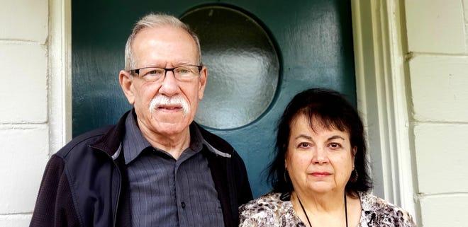 """Richard et Aida Paiva ont quitté leur maison de DeLand, en Floride, le 4 janvier à 5h30 du matin dans l'espoir de recevoir l'une des 1000 vaccinations offertes ce jour-là au Daytona Stadium de Daytona Beach.  Mais ils ont été refoulés après que les autorités ont ouvert les portes tôt aux personnes qui avaient campé pendant la nuit.  «Ce serait comme jeter un steak de 16 onces dans une cage de 137 000 tigres affamés,"""" Richard Paiva a parlé du projet de distribuer si peu de vaccins sur la base du premier arrivé."""