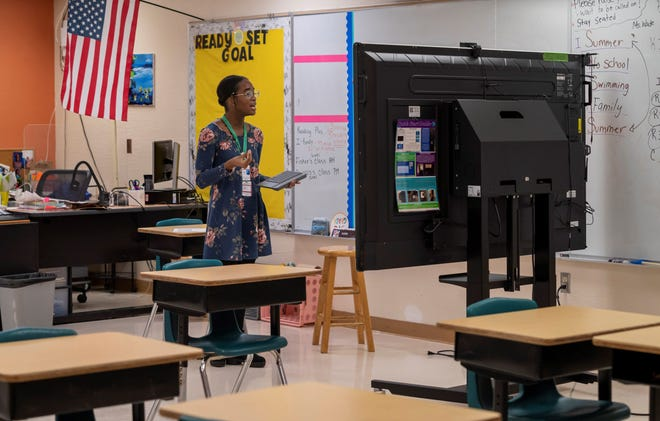 Substitute teacher Shara-Gayle Shippie teaches her students online at Grassy Waters Elementary School in West Palm Beach, Florida on January 8, 2021.  GREG LOVETT/PALM BEACH POST
