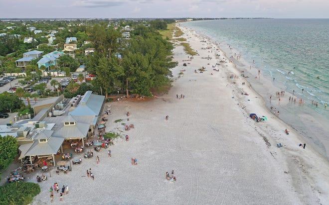 El restaurante frente al mar cuenta con un banco de arena en la isla Anna Maria, salmonete de Tampa Bay ligeramente frito para comidas originales.