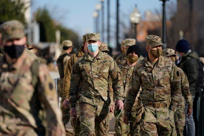 La Garde nationale de DC se promène dans le parc du Capitole, le 7 janvier 2021 à Washington.