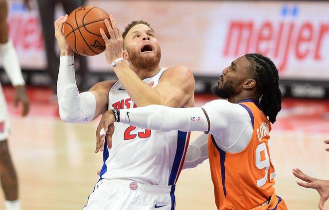 Blake Griffin dari Pistons dilanggar oleh Jae Crowder dari Suns di kuarter kedua. Griffn menyelesaikan dengan 16 poin dan 12 rebound dalam kemenangan perpanjangan waktu 110-105 Pistons pada Jumat.