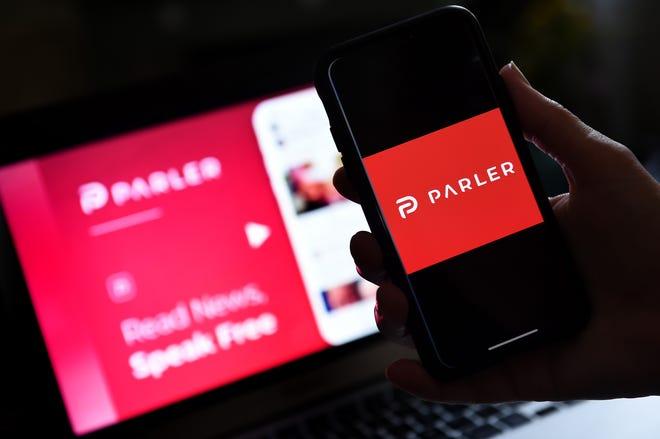 Gambar ilustrasi ini menunjukkan logo aplikasi media sosial dari Parler yang ditampilkan pada smartphone dengan background website-nya di Arlington, Virginia pada 2 Juli 2020.
