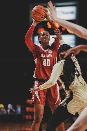 Jasmine Walker (40) passes the ball into the post during a win over Vanderbilt.