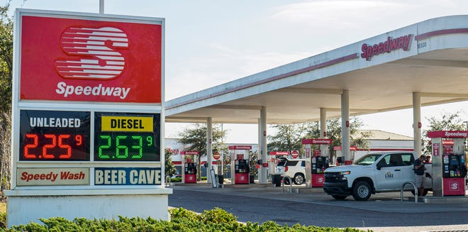 Vehicles sit at gas pumps at the Speedway station on State Road 50 in Clermont on Monday. [PAUL RYAN / CORRESPONDENT]