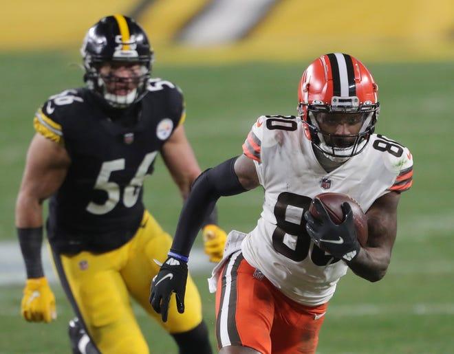 El receptor de los Browns, Jarvis Landry, elude la marca de un defensivo de Steelers.