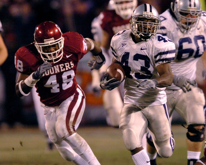 Kansas State running back Darren Sproles (43) carries the ball for a 60-yard gain to set up the Wildcats' first touchdown during their 35-7 upset of Oklahoma in the 2003 Big 12 championship game.