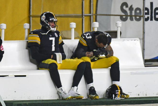 Steelers quarterback Ben Roethlisberger, left, sits on bench next to center Maurkice Pouncey after Sunday night's loss to the Browns.