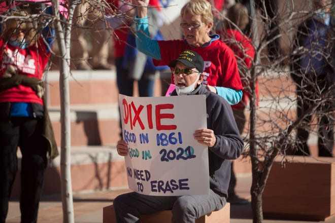 Anggota komunitas berkumpul untuk menyuarakan pendapat mereka tentang potensi perubahan nama Dixie Senin, 11 Januari 2021.