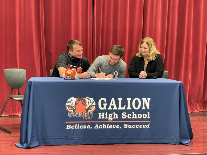 Galion's Spencer Keller signs his letter of intent to further his golf career at Indiana Tech with his mother Melissa and father Tim by his side.